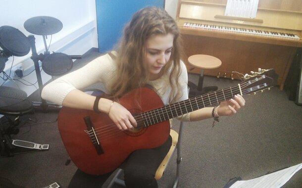 Sobotní kurz hry na kytaru pro začátečníky v Praze